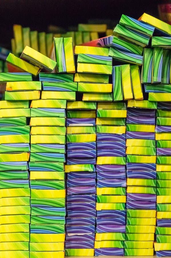 新的孟加拉光,闪烁发光物在商店 闪烁发光物背景在组装的 免版税库存图片