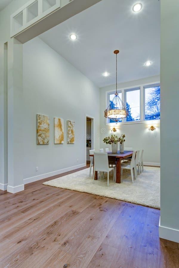 新的定制的家吹嘘与高顶的宽敞饭厅 库存图片