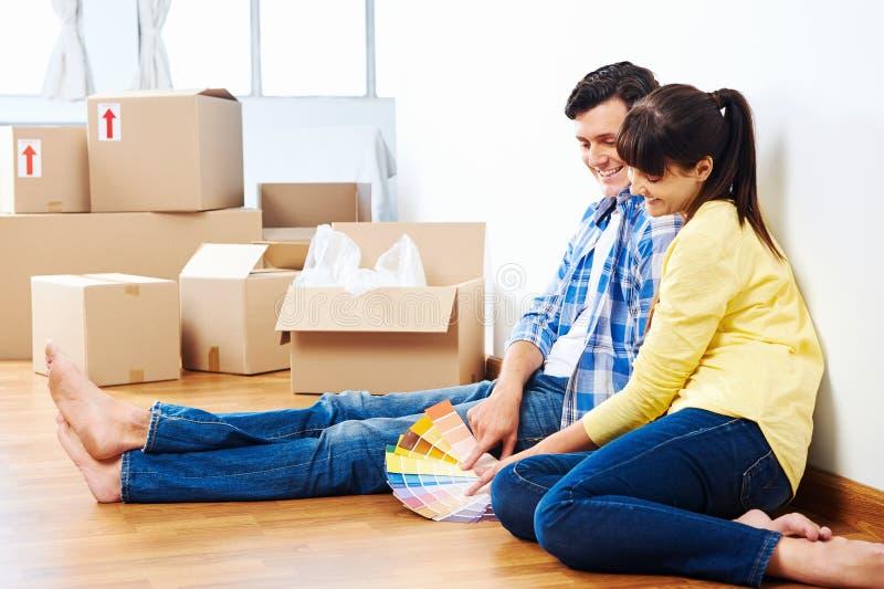 新的家庭油漆夫妇 免版税库存图片