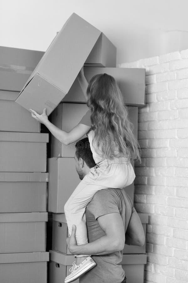 新的家,移动和家庭观念 女孩和人 免版税图库摄影