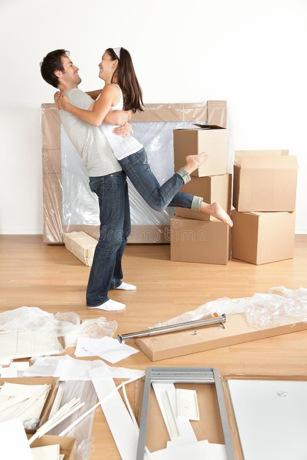 新的家: 愉快的新移动夫妇 图库摄影