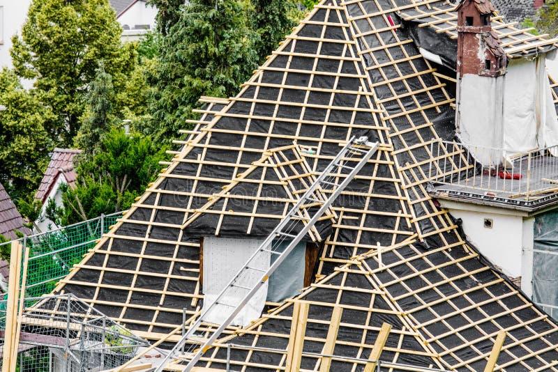 新的屋顶的屋顶建设中工作者 免版税库存照片