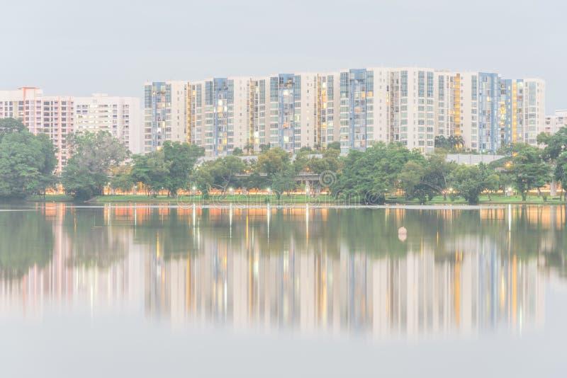 新的庄园建屋发展局住宅群,罪孽的反射在Jurong湖的 免版税库存照片