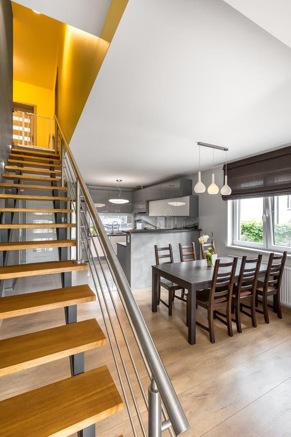 新的开放地板公寓有台阶想法 库存照片