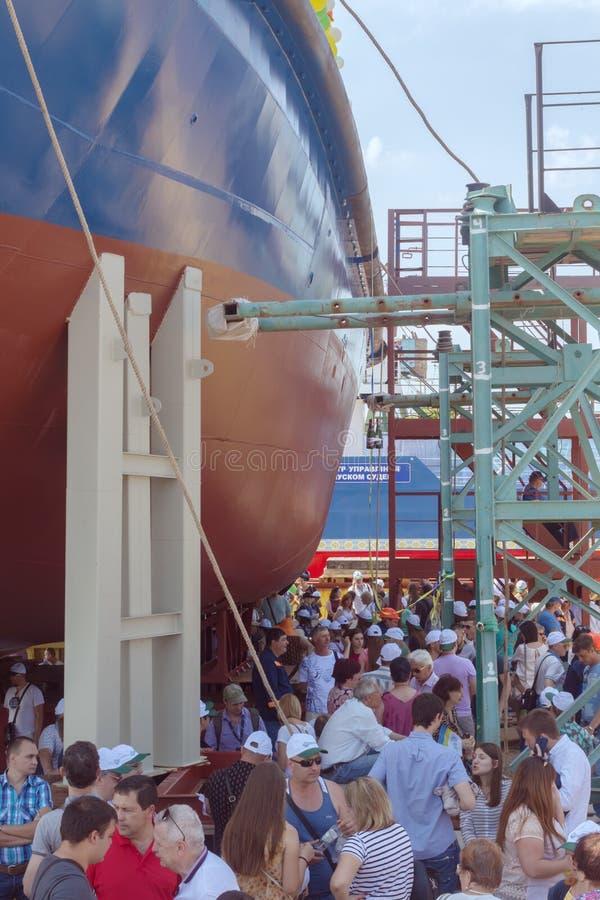 新的拖轮的下降对水的在造船厂 免版税库存图片