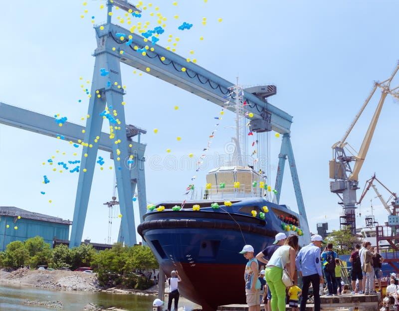 新的拖轮的下降对水的在造船厂 图库摄影