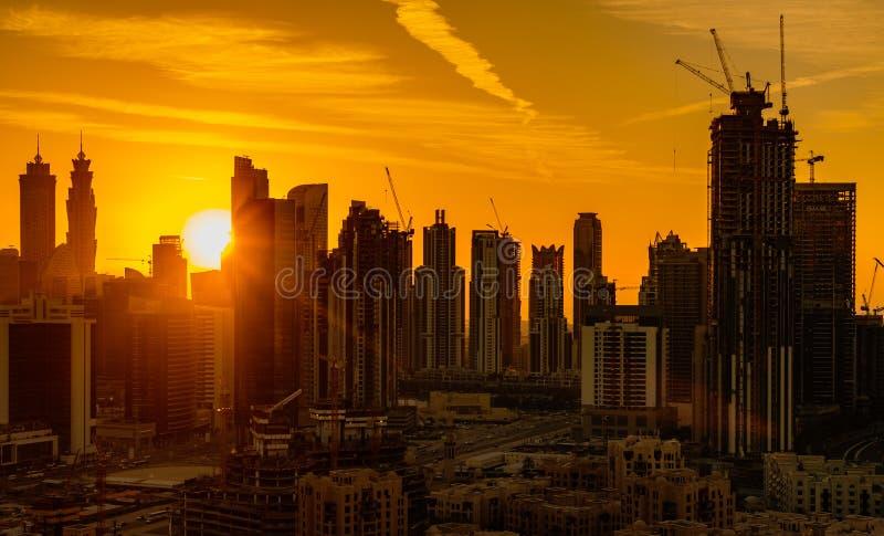 新的摩天大楼遍及阿布扎比迅速地建造 免版税库存图片