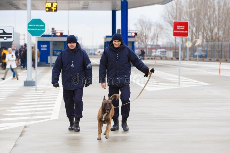 新的摩尔多瓦的乌克兰边界Palanca的就职典礼的海关官员 免版税库存照片