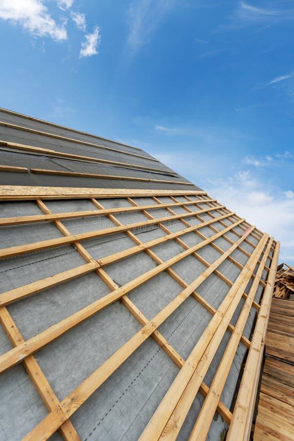 新的木屋顶的楼房建筑过程在木木屋的 库存图片