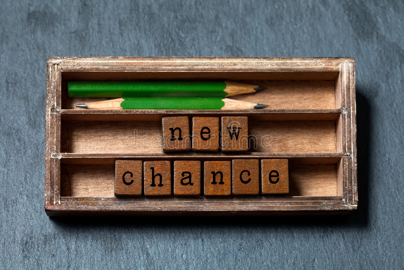 新的机会词组 刺激和正面期望概念 葡萄酒箱子,与老牌信件的木立方体,绿色 库存图片