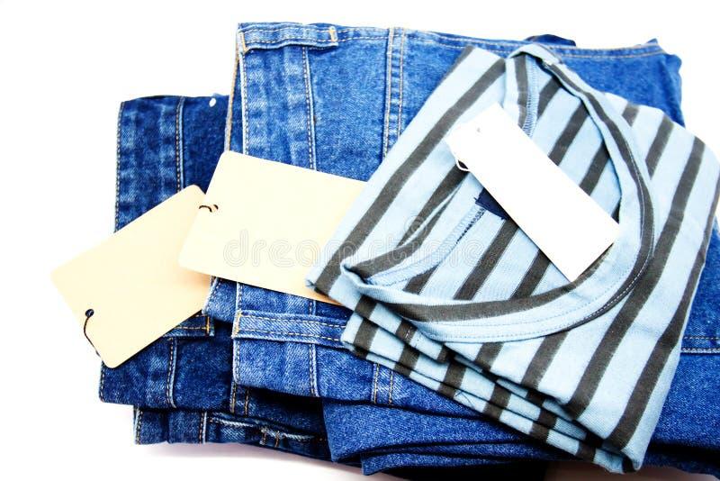 新的条纹精神衬衣 T恤杉和蓝色牛仔裤背景 免版税库存照片