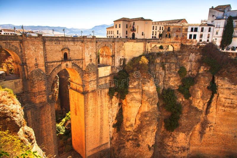 新的桥梁地标和峡谷在朗达村庄。安大路西亚,西班牙 免版税图库摄影
