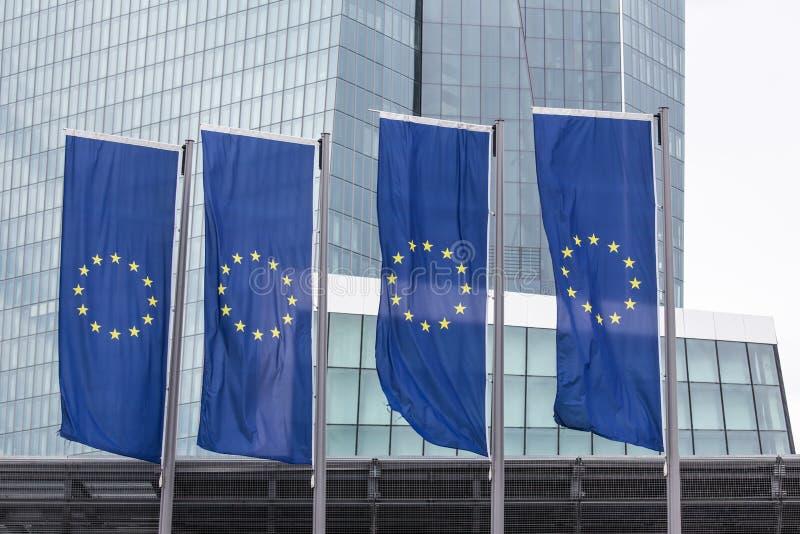 新的欧洲央行在有欧洲旗子的法兰克福德国 库存照片