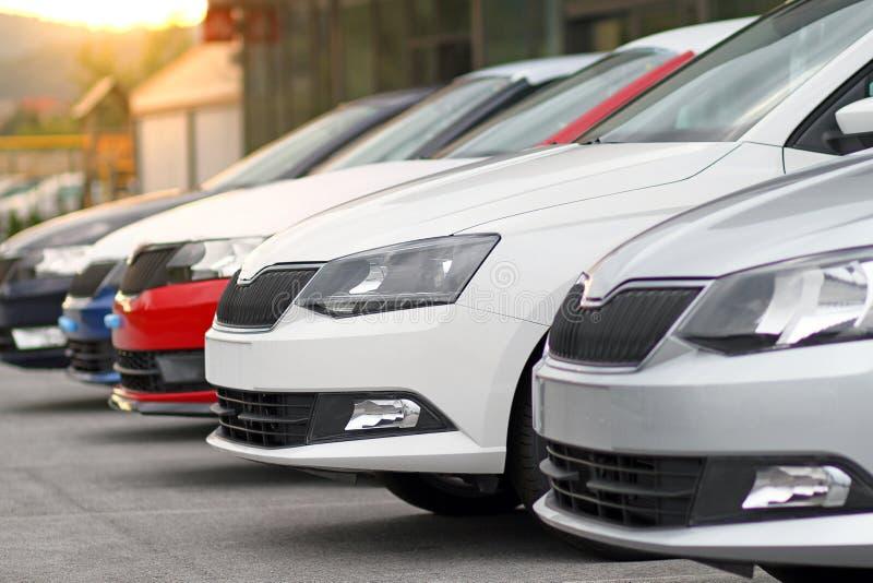 新的汽车待售在汽车,马达经销商商店,商店前面停放了 免版税库存图片