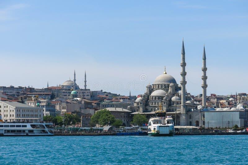 新的清真寺(Yeni Cami)从Bosphorus河 免版税库存照片