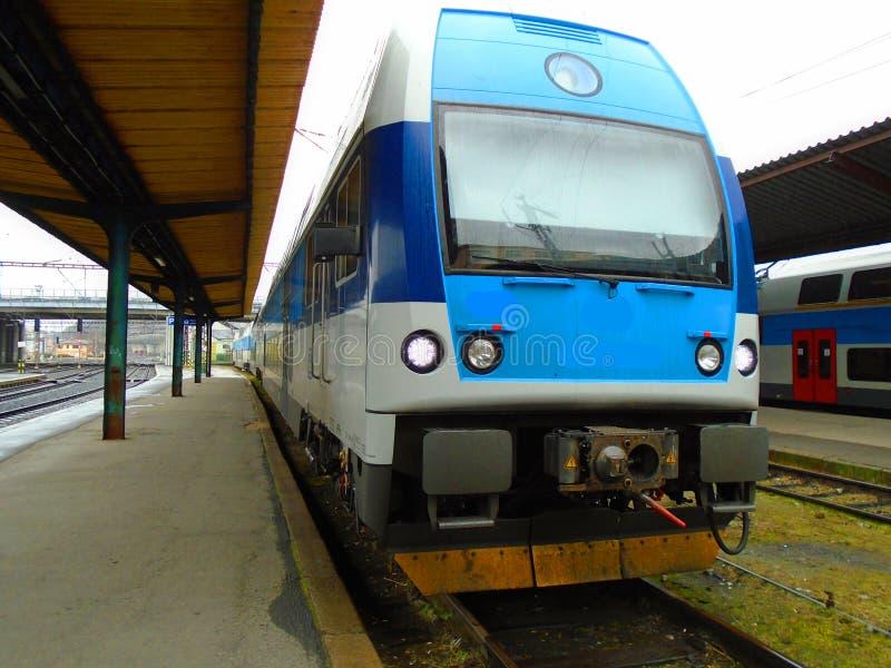 新的火车在火车站中 免版税库存照片
