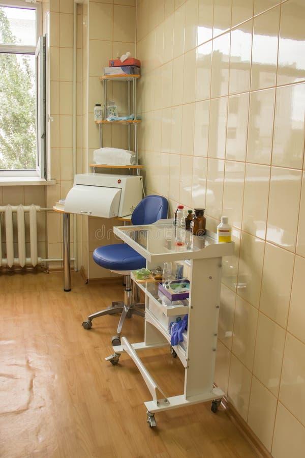 新的牙齿椅子在一个明亮的办公室 免版税库存图片
