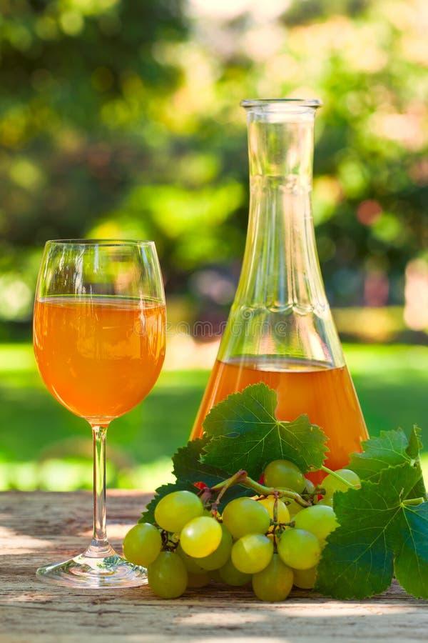 新的玫瑰酒红色-博若莱红葡萄酒 库存图片