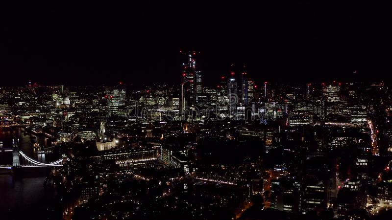 新的现代企业大厦在城市财政区在伦敦在晚上 库存图片
