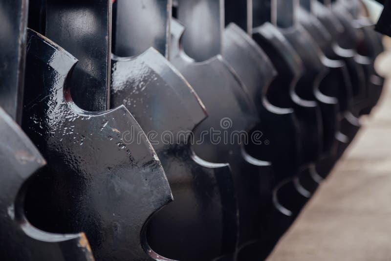 新的现代农业圆盘耙的工作部件 耕种设备 库存照片