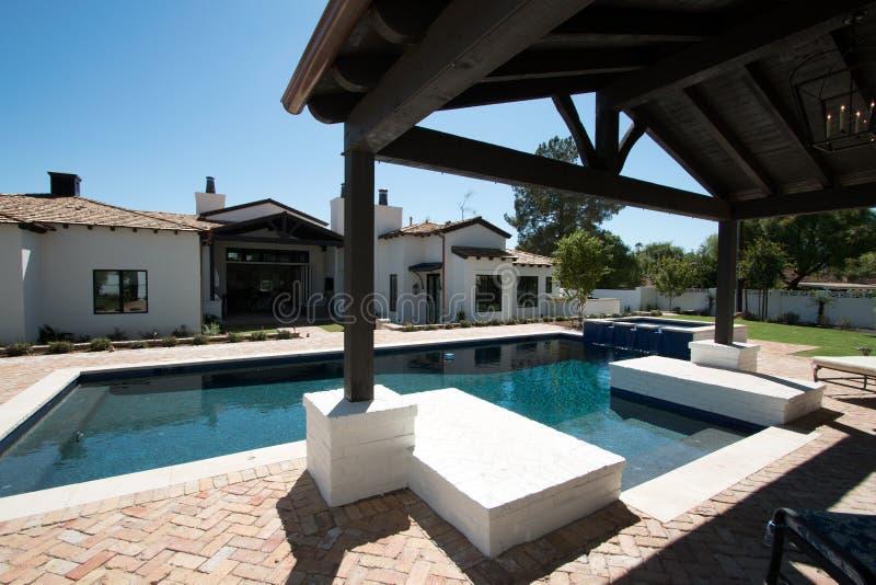 新的现代经典家庭后院水池 免版税库存图片