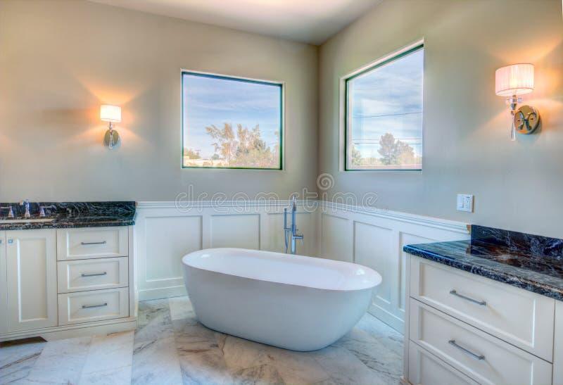 新的现代家庭豪宅主浴室 图库摄影