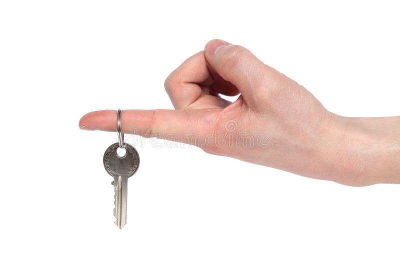 在白色背景隔绝的人的手藏品房子钥匙 新的生活和新的家的概念 免版税图库摄影
