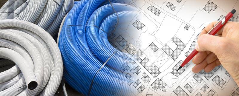 新的电气系统在城市-与一个波纹状和灵活的塑料管子的概念图象的建筑电子接线的 库存图片