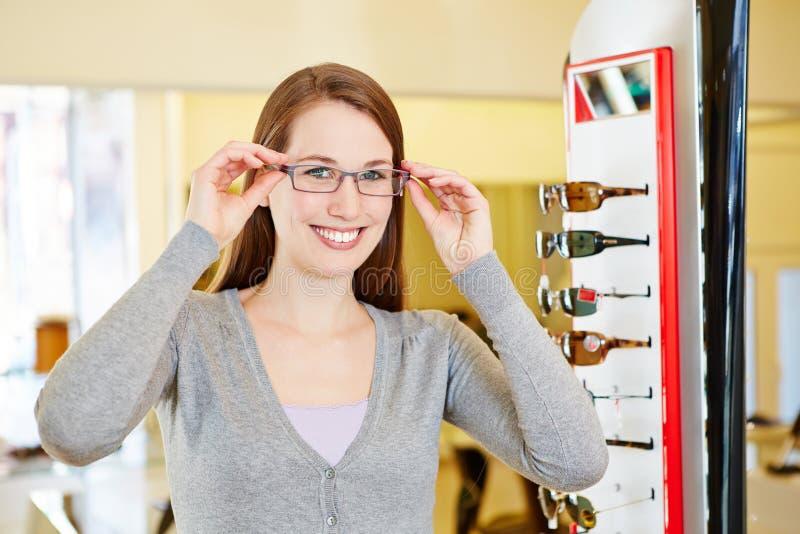 戴新的眼镜的少妇在 免版税库存图片