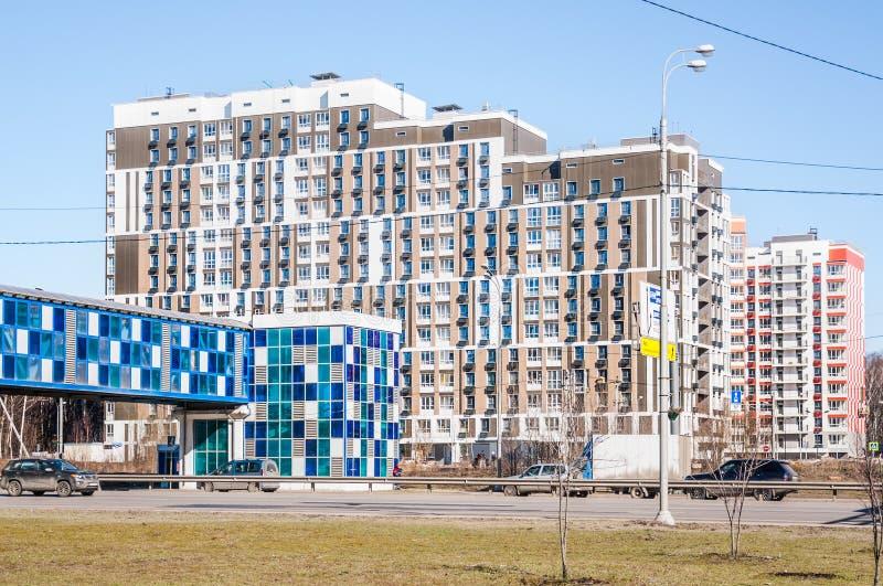 新的美好的预制的公寓单元住宅复合体'北部的Severnyj' 在Dmitrovskoje高速公路的桥梁横穿 免版税库存照片
