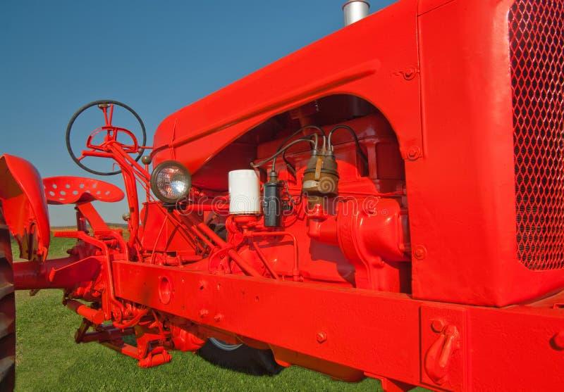 新的老油漆拖拉机 免版税库存图片