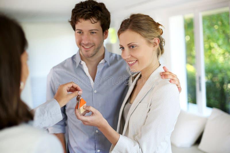 给新的舱内甲板的钥匙房地产经纪人夫妇 免版税库存图片