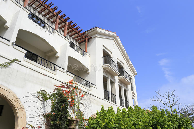 新的西班牙式房子在蓝天下 库存照片