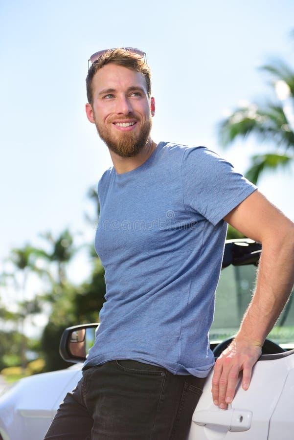 新的车主-愉快的年轻人画象 免版税库存照片
