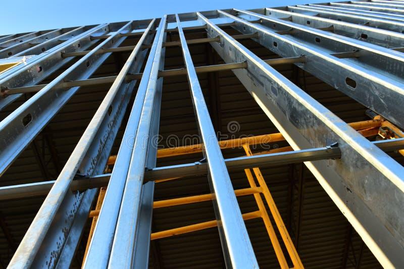 新的钢制框架商业大厦向上的增长  免版税库存照片