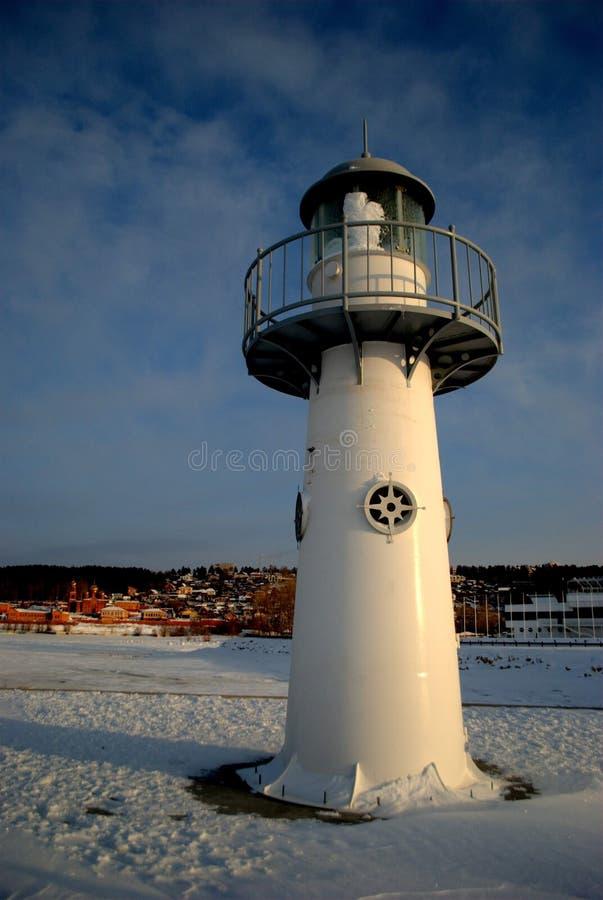 新的钢灯塔的冬天视图在伏尔加河的堤防的以早晨全景为背景的 库存图片