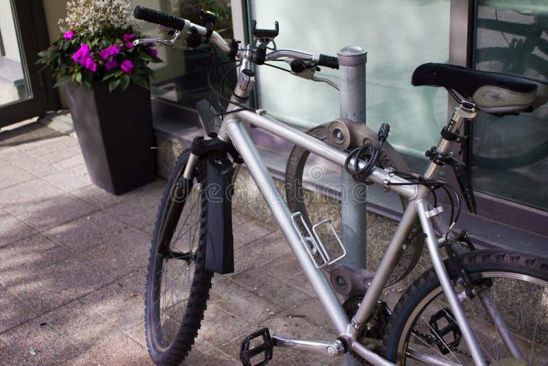 新的银色自行车在多伦多 库存照片