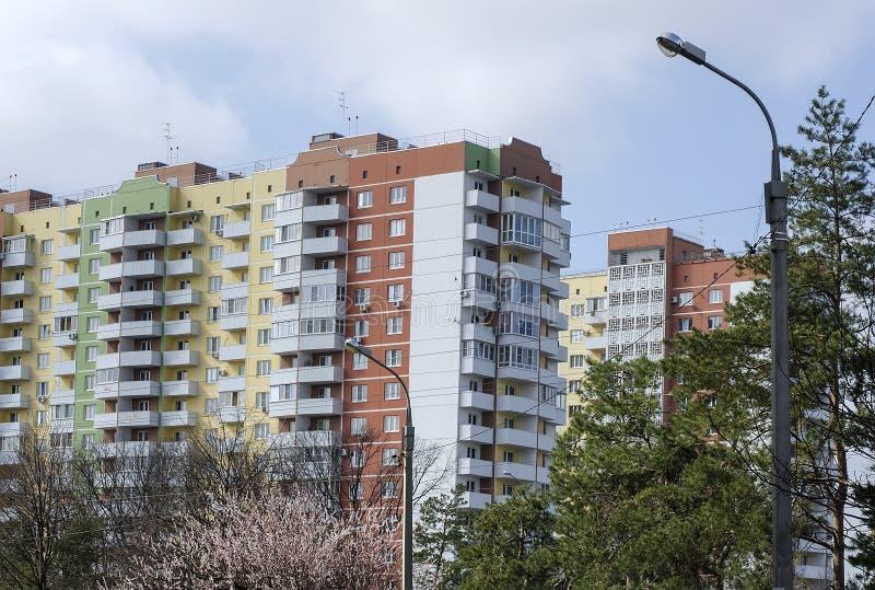 新的高层建筑物小瀑布  免版税库存图片