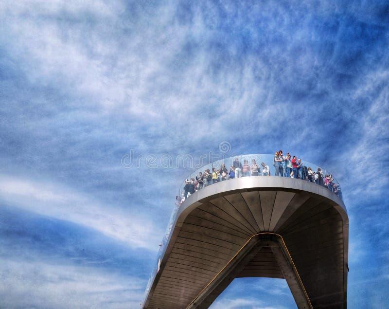 新的高昂桥梁在公园充电的莫斯科 免版税库存照片