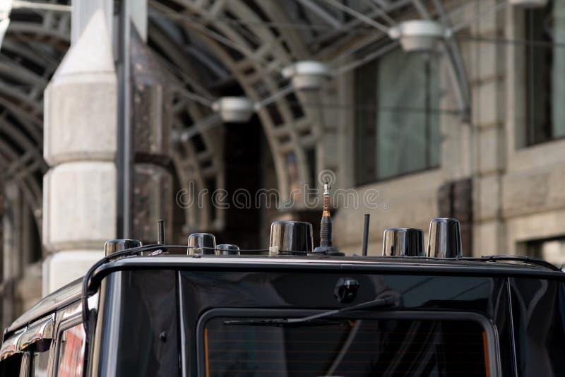 新的黑汽车后面看法  汽车特写镜头车灯  黑优质城市天桥,豪华SUV尾灯特写镜头 汽车灯关闭 图库摄影