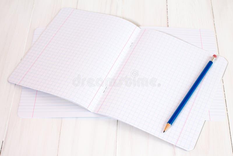 新的练习簿和铅笔 免版税库存照片