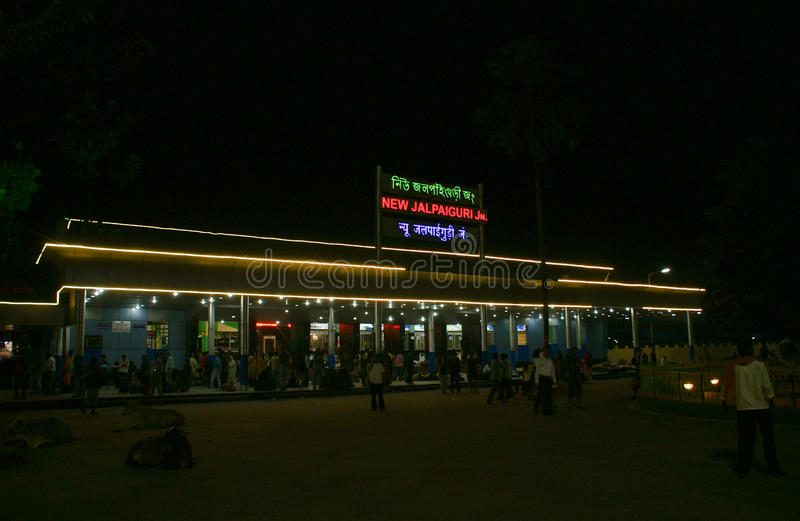 新的贾尔派古里火车站五颜六色在晚上点燃了 免版税库存照片