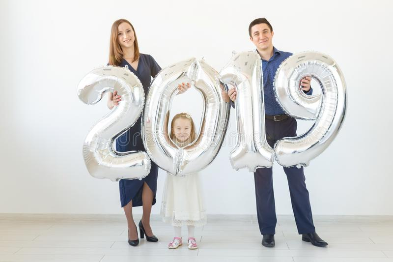 新的2019年是以后的概念-家庭举行银色色的数字户内 图库摄影