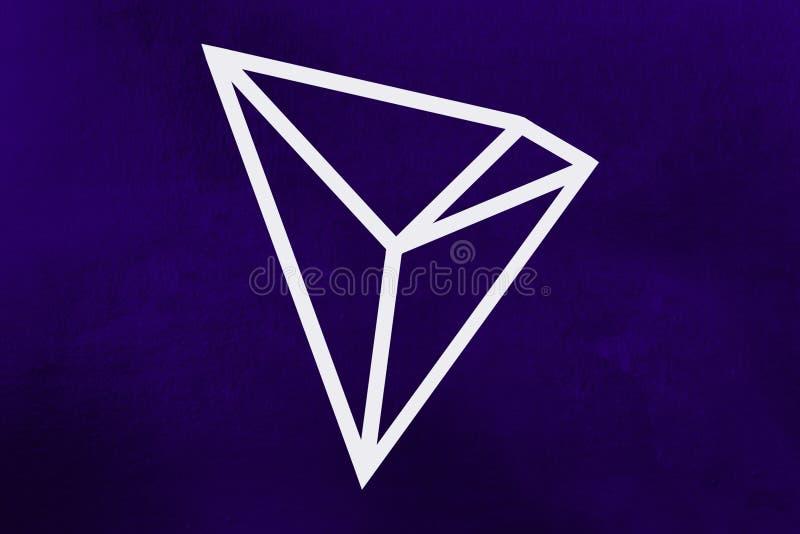 新的2018年cryptocurrency标志:在紫外背景的Tron硬币 免版税库存照片