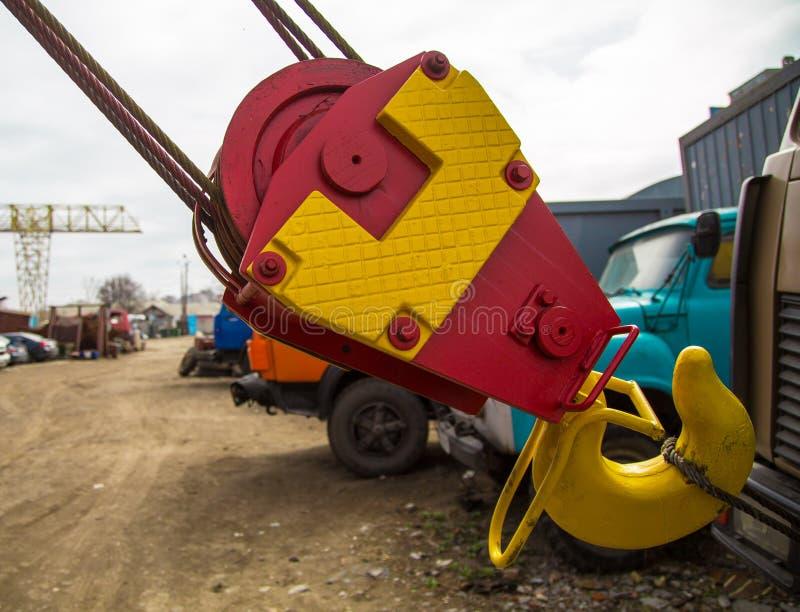 新的黄色红色起重机勾子 库存图片