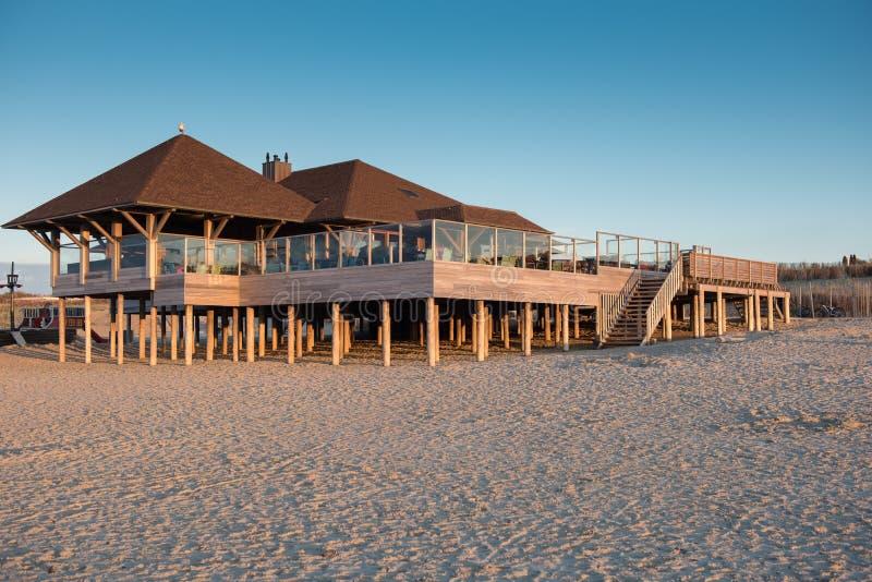 新的建造的木海滨别墅在Cadzand,荷兰 库存照片