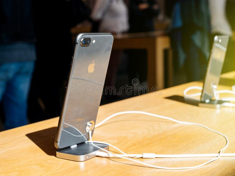 新的iPhone 8和iPhone 8个加号在有黑玻璃的苹果计算机商店我 库存图片
