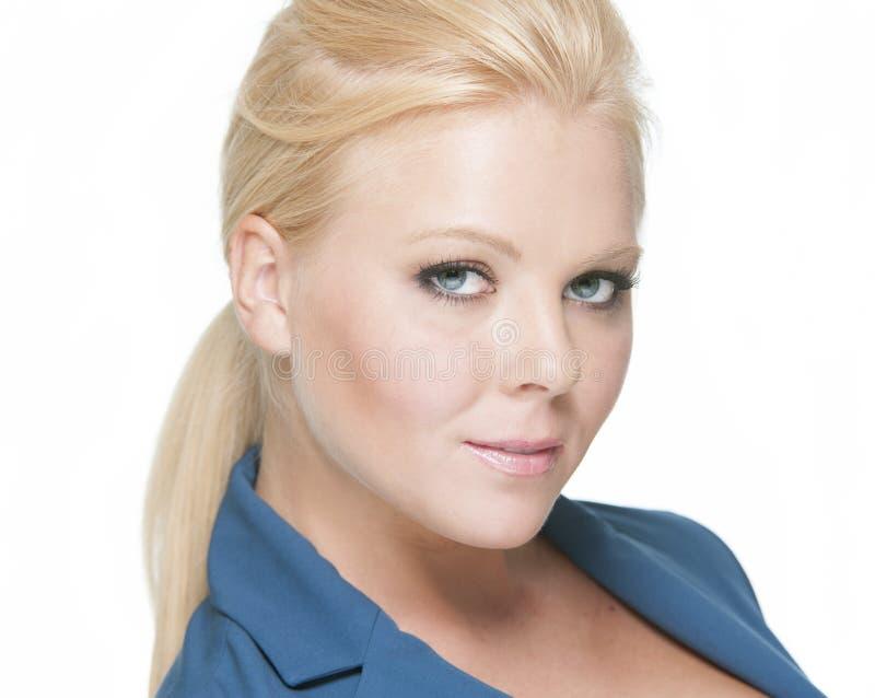 新穿蓝色衬衣的一个空白背景的企业白肤金发的女孩Headshot  免版税库存图片