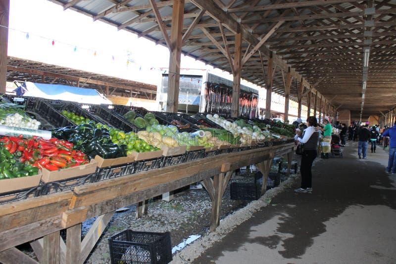 新绿色vagetables在跳蚤市场上 免版税库存照片