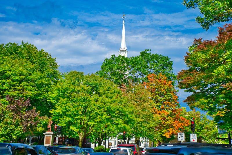 新罕布什尔锐化通过秋叶的教会尖顶 图库摄影